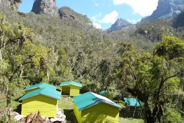 uganda-01-kiharo-camp970B6A20-CC28-A137-2199-8D0397F3A36E.jpg